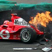 Michael Schumachers Wagen geht nach einem Unfall beim Training zum Großen Preis von Brasilien im Jahr 2004 in Flammen auf.