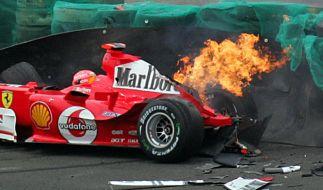 Michael Schumachers Wagen geht nach einem Unfall beim Training zum Großen Preis von Brasilien im Jahr 2004 in Flammen auf. (Foto)