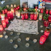 Die Hinterbliebenen haben Kerzen am Tatort aufgestellt.