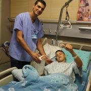 Handchirurg Arié Chetboun konnte seinem 20-jährigen Patienten einen Arm wieder annähen, den er sich selbst bei einem Unfall mit einer Kreissäge abgetrennt hatte. (Foto)