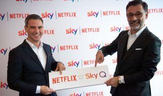 Rene Rummel-Mergeryan (l) für Netflix und Marcello Maggioni für Sky Deutschland beim Pressetermin zur Kooperation der beiden Medienanbieter. (Foto)
