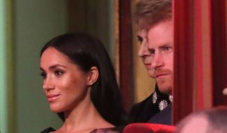Der britische Prinz Harry (r) und seine Frau Meghan, Herzogin von Sussex, bei der jährlich stattfindenden Royal British Legion Festival of Remembrance in der Royal Albert Hall. (Foto)