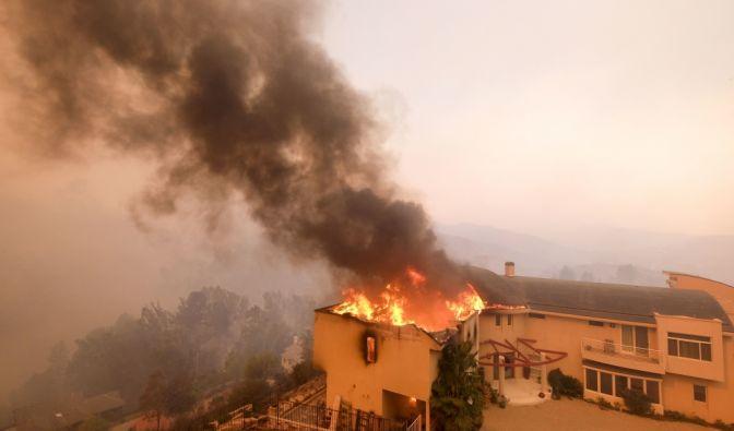 Bei den Waldbränden in Kalifornien brennen unzählige Häuser nieder, wie hier in der Nähe des Malibu Lakes. (Foto)