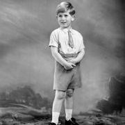 Prinz Charles wurde 1947 als erster Sohn von Queen Elisabeth II. (damals noch Prinzessin Elisabeth) und ihrem Prinzgemahl Philip geboren. Damit ist er der Erste in der Reihe der britischen Thronfolge.