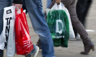 Zum verkaufsoffenen Sonntag nutzen zahlreiche Verbraucher die Gelegenheit zum ausgiebigen Bummeln. (Foto)