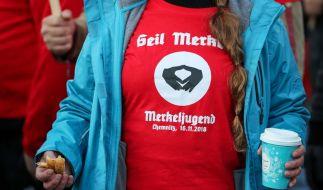 Hunderte demonstrierten am Freitag gegen Angela Merkel in Chemnitz. (Foto)