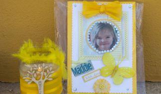 Eine Kerze und ein Porträtfoto von Madeleine McCann im Gedenken an die am 3. Mai 2007 im Alter von drei Jahren aus einer Ferienanlage verschwundene Maddie. (Foto)