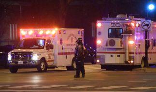 Chicagoer Polizisten sind, nachdem auf dem Gelände des Mercy Krankenhauses Schüsse gefallen waren, am Tatort im Einsatz. (Foto)