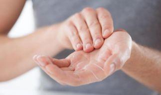 Handcremes sollen die Haut pflegen und schnell einziehen, damit man die Hände rasch wieder einsetzen kann - zum Beispiel bei der Arbeit oder beim Kochen. (Foto)
