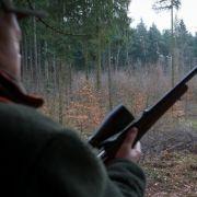 Jägerin posiert mit blutigem Sexspielzeug UND toter Ziege (Foto)