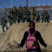 Migranten stürmen Grenze zwischen USA und Mexiko (Foto)