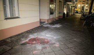 Auf einem Bürgersteig in Berlin-Charlottenburg ist eine Blutlache zu sehen. (Foto)
