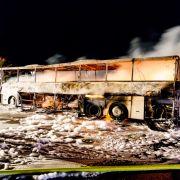 Flammenhölle! Reisebus brennt auf der A3 aus (Foto)