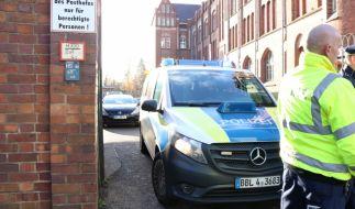 Nach einer Bombendrohung durchsuchte die Polizei die Hauptpost in Frankfurt (Oder). (Foto)