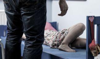 Ein Mann aus England wandert für den Missbrauch von zwei Teenagern für 18 Jahre ins Gefängnis. (Symbolbild) (Foto)
