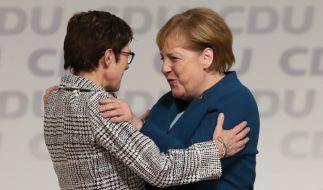 Angela Merkel gratuliert ihrer Nachfolgerin Annegret Kramp-Karrenbauer nach deren Wahlsieg zum CDU-Vorsitz. (Foto)