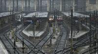 Zum Wochenbeginn werden auf deutschen Bahnhöfen diverse Züge stillstehen. (Foto)