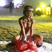Total unterwürfig präsentiert sie HIER ihren Knack-Po (Foto)