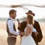 Nach der kirchlichen Hochzeit in Polen traut Pastor Sven das Paar nun auch in Namibia - danach gibt es ein großes Fest auf der Farm von Gerald mit seinen Freunden und Verwandten.