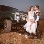 Nach der Freiluft-Trauung in Namibia blieb für Gerald und Anna genug Zeit, für einzigartige Hochzeitsfotos zu posieren.