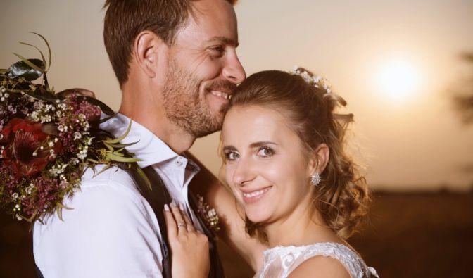 """""""Bauer sucht Frau""""-Landwirt Gerald Heiser und seine frisch angetraute Ehefrau Anna grüßen als verliebte Eheleute. (Foto)"""