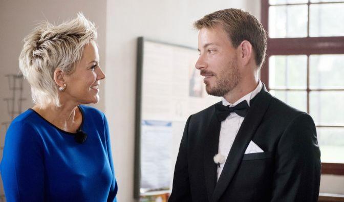 Noch kurz vor der Trauung versucht Moderatorin Inka Bause den nervösen Bräutigam zu beruhigen.