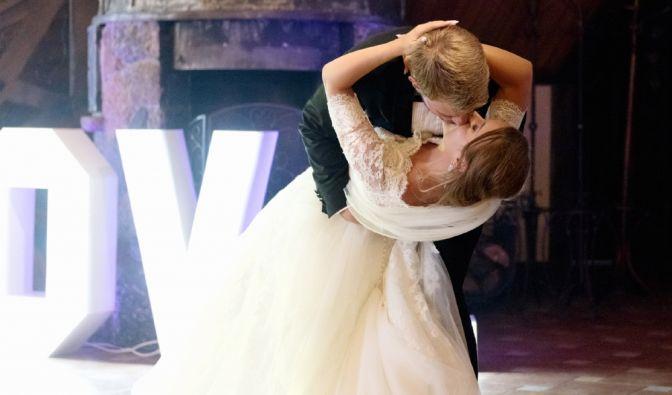 Das auf die kirchliche Trauung in Polen folgende Fest eröffnet das Brautpaar mit dem Hochzeitstanz, der mit einem heißen Kuss endet.
