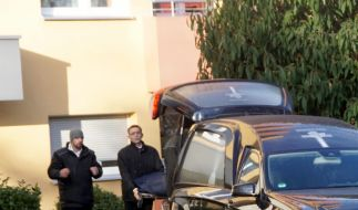 Mitarbeiter eines Bestattungsunternehmens transportieren eine Leiche aus einem Haus. Nach Polizeiangaben soll ein Jugendlicher seine Mutter und Großmutter umgebracht haben. (Foto)