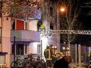 Einsätzkräfte sind in der Nacht am Ankerzentrum zu sehen. In dem Bamberger Ankerzentrum für Flüchtlinge sind bei einem Polizeieinsatz mehrere Menschen verletzt worden. (Foto)