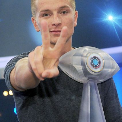 Aaron Troschke posiert nach der Finalsendung der SAT.1-Fernsehshow «Promi Big Brother - Das Experiment»