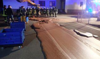 In Werl stehen Feuerwehrleute vor einem Strom aus Schokolade. (Foto)