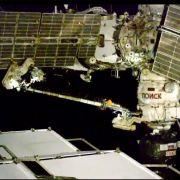 Das Bild aus einem Video von NASA Television zeigt die beiden Kosmonauten der ISS bei ihrem Außeneinsatz. (Foto)