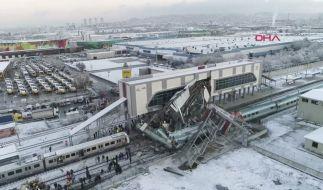 Das Videostandbild zeigt mehrere beschädigte und entgleiste Wagons an einem Bahnhof in Ankara. (Foto)