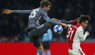 Horror-Szene in der Champions League: Bayerns Thomas Müller trifft Ajaxs Nicolas Tagliafico (r) mit seinem Fuß am Kopf. (Foto)