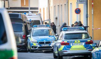 Bayern, Aschaffenburg: Polizisten stehen am Rand eines Gebäudes, in dem sich ein bewaffneter Mann verschanzt hat. (Foto)