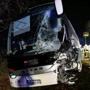 Das Wrack eines Reisebusses steht nach einem Unfall auf der B26 bei Stockstadt (Landkreis Aschaffenburg). (Foto)