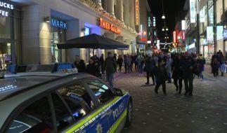 Polizeiauto vor einem Einkaufszentrum in Dortmund: Das Zünden von Böllern hat dort hundert Menschen in Panik versetzt. (Foto)