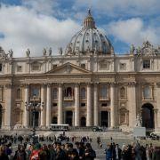 Nacktes Playboy-Model im Vatikan verhaftet (Foto)