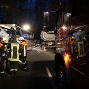 Schulbus kracht in Lkw - ein Toter bei Horror-Unfall! (Foto)