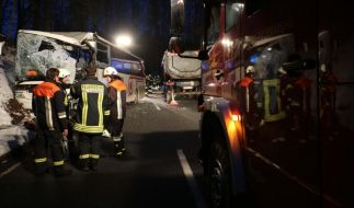 Beim Zusammenstoß eines Schulbus' mit einem Lastwagen ist der Lkw-Fahrer ums Leben gekommen. (Foto)
