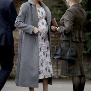 Meghan (l), Herzogin von Sussex, trifft für einen Besuch am Pflegeheim der Royal Variety Charity, Brinsworth House, ein.