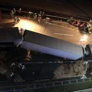 4 Lastwagen rasen ineinander - Lkw-Fahrer stirbt nach Unfall (Foto)