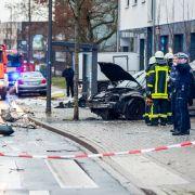 Auto rast in Menschenmenge! Suizidversuch? (Foto)