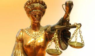 Justitia hat gesprochen: Für Sex mit ihrem minderjährigen Adoptivsohn muss eine Frau aus Florida ins Gefängnis (Symbolbild). (Foto)