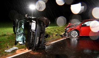 Die Wracks zweier Autos stehen nach einem Zusammenstoß auf der L 3195 bei Neuberg.Nach Polizeiangaben kam der 25-Jährige in einer Kurve mit seinem Wagen auf die Gegenfahrbahn, wo er in das Auto einer Familie krachte. (Foto)