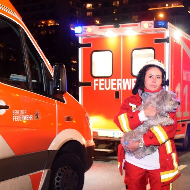 Hochhaus in Flammen! Bewohner in Wohnungen gefangen (Foto)