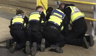 Polizisten halten am Bahnhof Victoria Station einen Mann am Boden, der zuvor drei Menschen mit einem Messer verletzt hatte. (Foto)