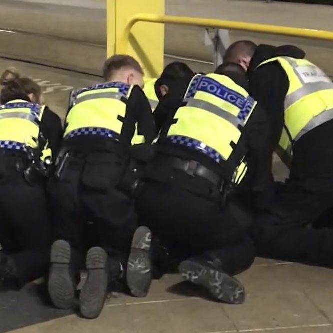 Blutbad am Bahnhof mit 3 Verletzten als Terror-Akt eingestuft (Foto)