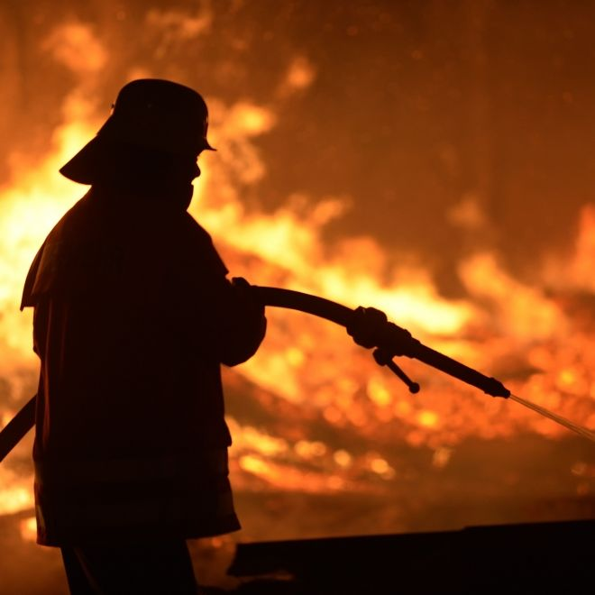 Außer Kontrolle! Feuertornado wütet bei Silvesterfeier (Foto)