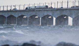 Ein Zug hält auf der Brücke über den Großen Belt bei Nyborg nach einem Zugunglück. (Foto)
